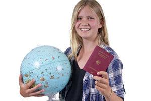 Abiturientin mit Weltkugel und Reisepass