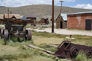 viele alte Gebäude und Maschinen