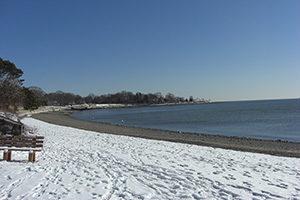 weißer Sandstrand, im Hintergrund Meer