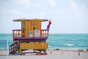buntes Haus am Strand