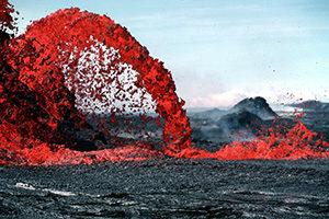 Lava sprudelt aus einem Vulkan