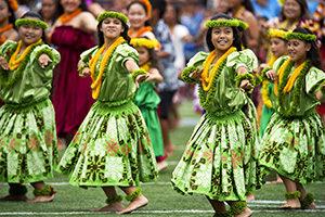 Tänzerinnen, die grün gekleidet sind in Hawaii