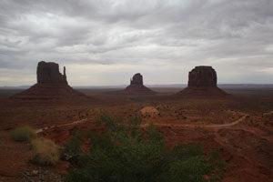 Drei unterschiedliche Felsblöcke, einige Wüstenpflanzen