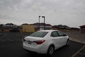 weißes Auto auf einem Parkplatz