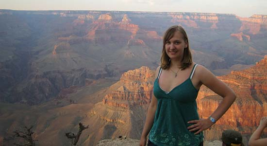 Sandra steht am Grand Canyon
