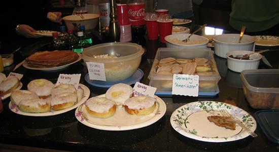 Ein Buffet mit verschiedenen, typisch amerikanischen Süßspeisen