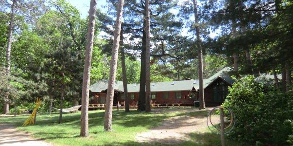 Blick auf eine Hütte im Summer Camp