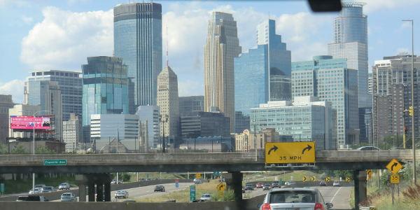 Straße und Skyline in den USA