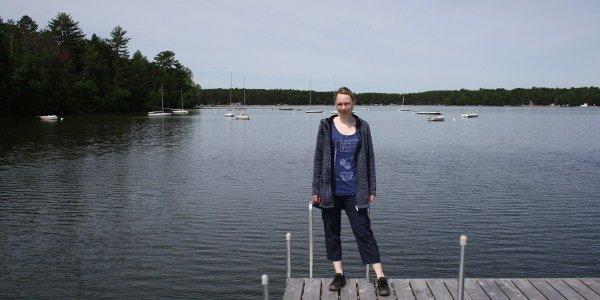 Maike auf dem Steg zum See