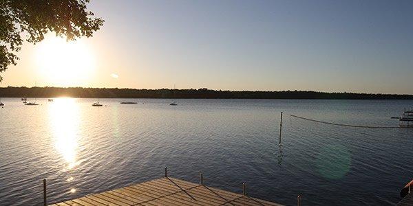 Blick von einem Steg auf einen See am Morgen